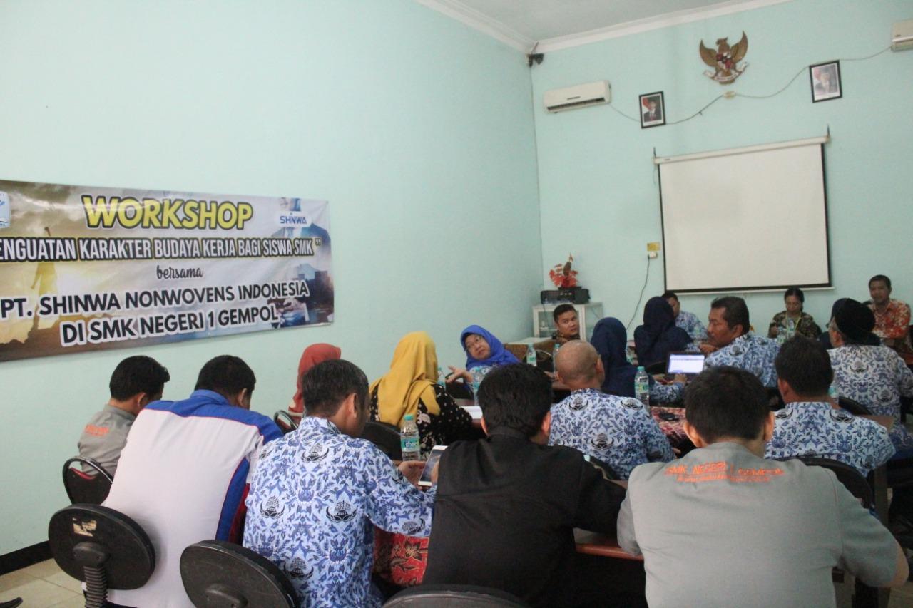 Workshop Penguatan Karakter Budaya Kerja bagi Siswa SMKN 1 Gempol oleh PT. Shinwa Nonwoves Indonesia