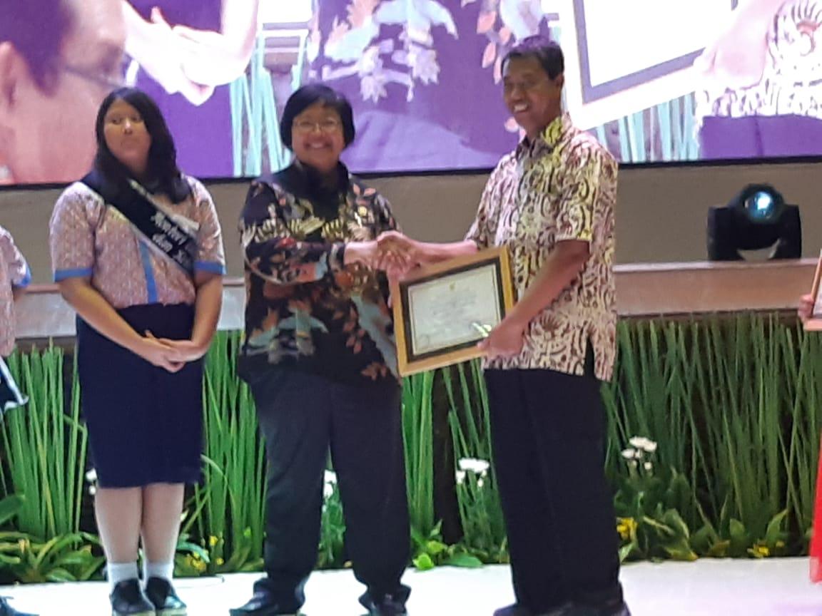 Menteri Lingkungan Hidup Beri Penghargaan pada SMKN 1 Gempol